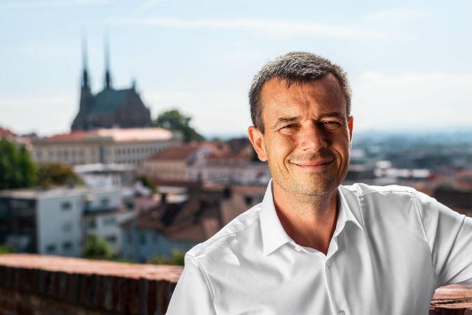 Piráti vyšlou do boje o senátorské křeslo zakladatele strany Jiřího Kadeřávka