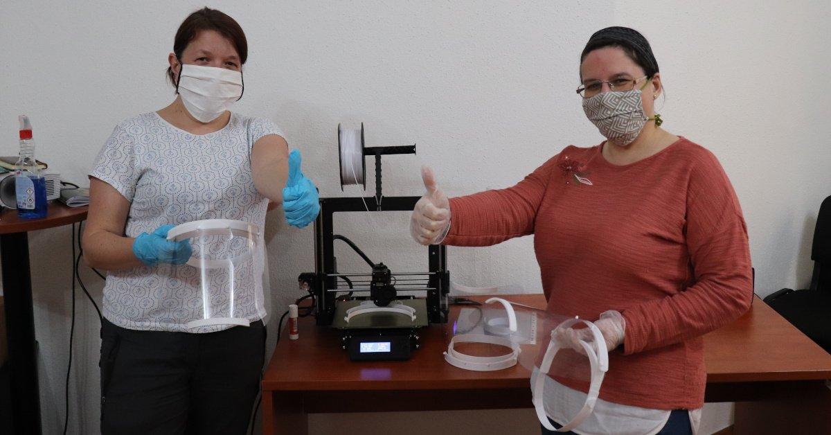 České 3D tiskárny v boji s koronavirem: Štíty pro ostravské zdravotníky tisknou studenti i politici