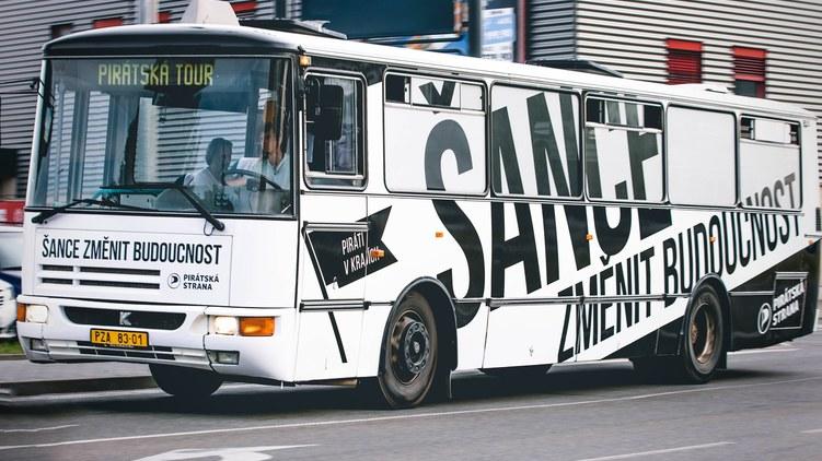 Piráti objíždějí republiku autobusem budoucnosti