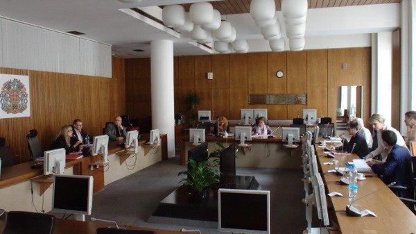 Kontrolní výbor kritizuje utajování odměn a platů
