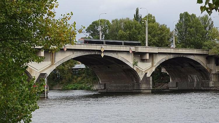 Libeňský most se měl opravovat už dva roky
