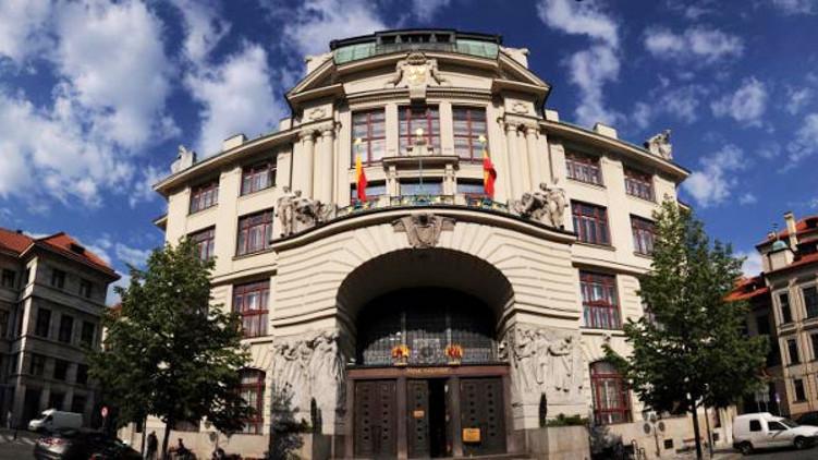 Krizový štáb hl. m. Prahy doporučil rozšířit povinnost občanů nosit ochranné prostředky i do veřejných budov, obchodů a na zastávky MHD