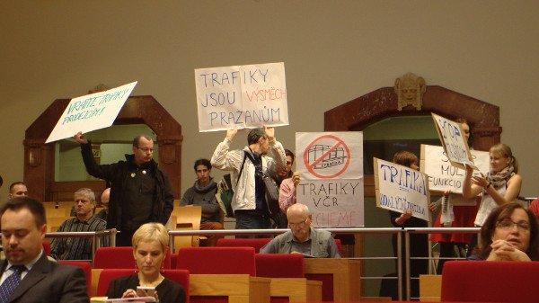Praha má do ledna zrušit politické trafiky v městských firmách