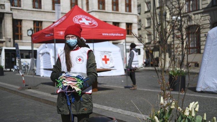 Šijete roušky? Praha je společně s Českým červeným křížem doručí potřebným