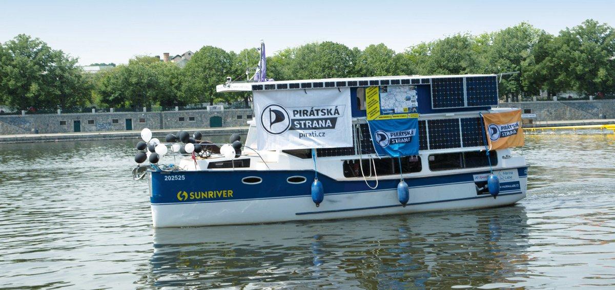 Pirátská solární loď v Praze