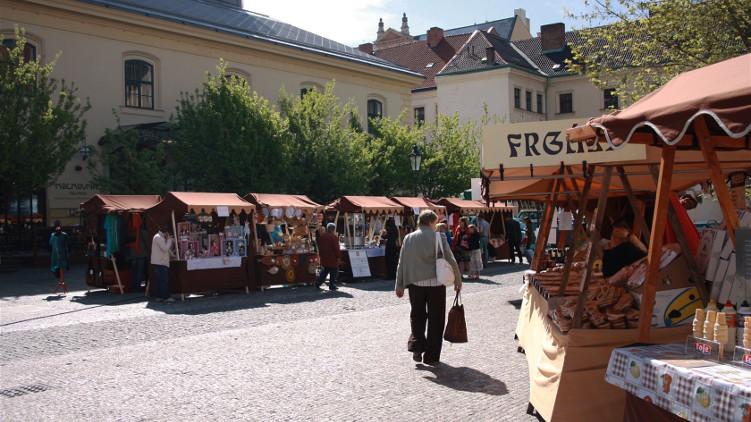 Praha přichází o miliony. Všechny peníze shrábne provozovatel trhů