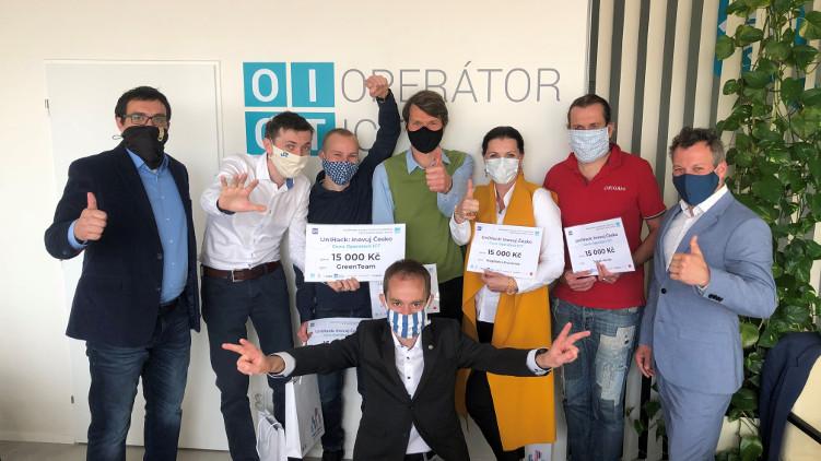 Operátor ICT předal speciální cenu jednomu z vítězných týmů prvního ročníku online hackathonu UniHack