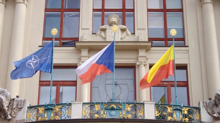 Na Nové radnici dnes vlaje vlajka NATO. Slaví i MHD