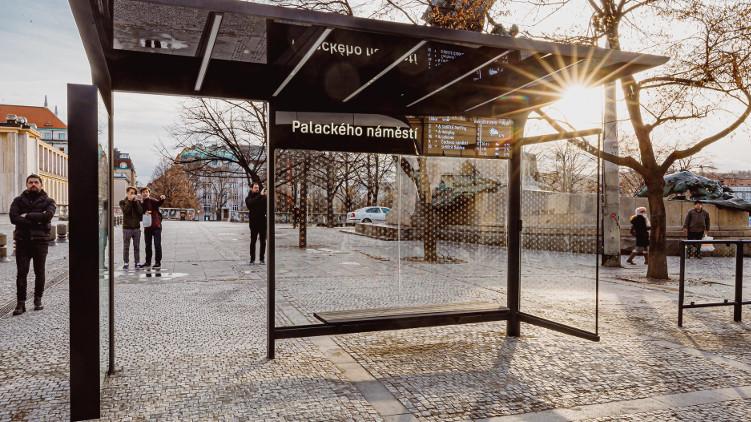 Kvalitnější design a kontrola nad reklamou. Praha testuje vlastní zastávku až do jara na Palackého náměstí