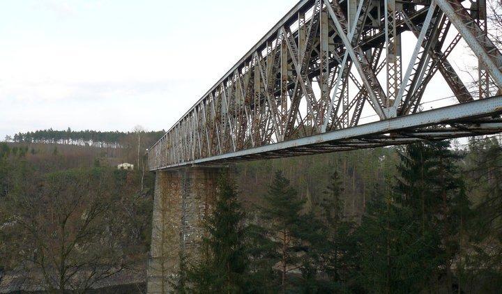 Piráti podporují zachování a opravu stávajícího železničního mostu přes Orlickou přehradu, jde o technickou památku, která by mohla být turistickým cílem