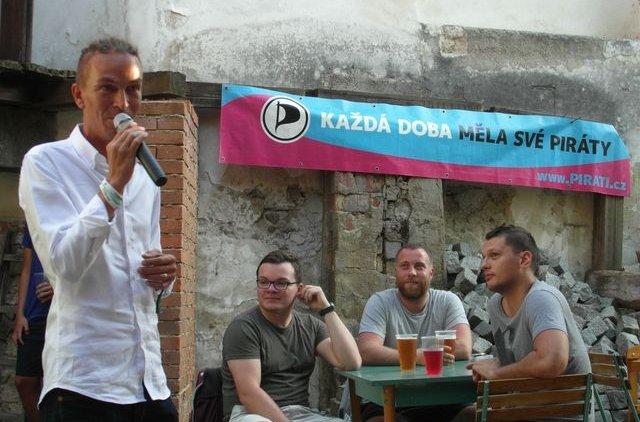 Ivan Bartoš podpořil Piráty v Písku na besedě s občany