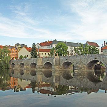 Písek - zdroj: https://commons.wikimedia.org/wiki/File:Stone_Bridge_in_Pisek_in_2011.JPG