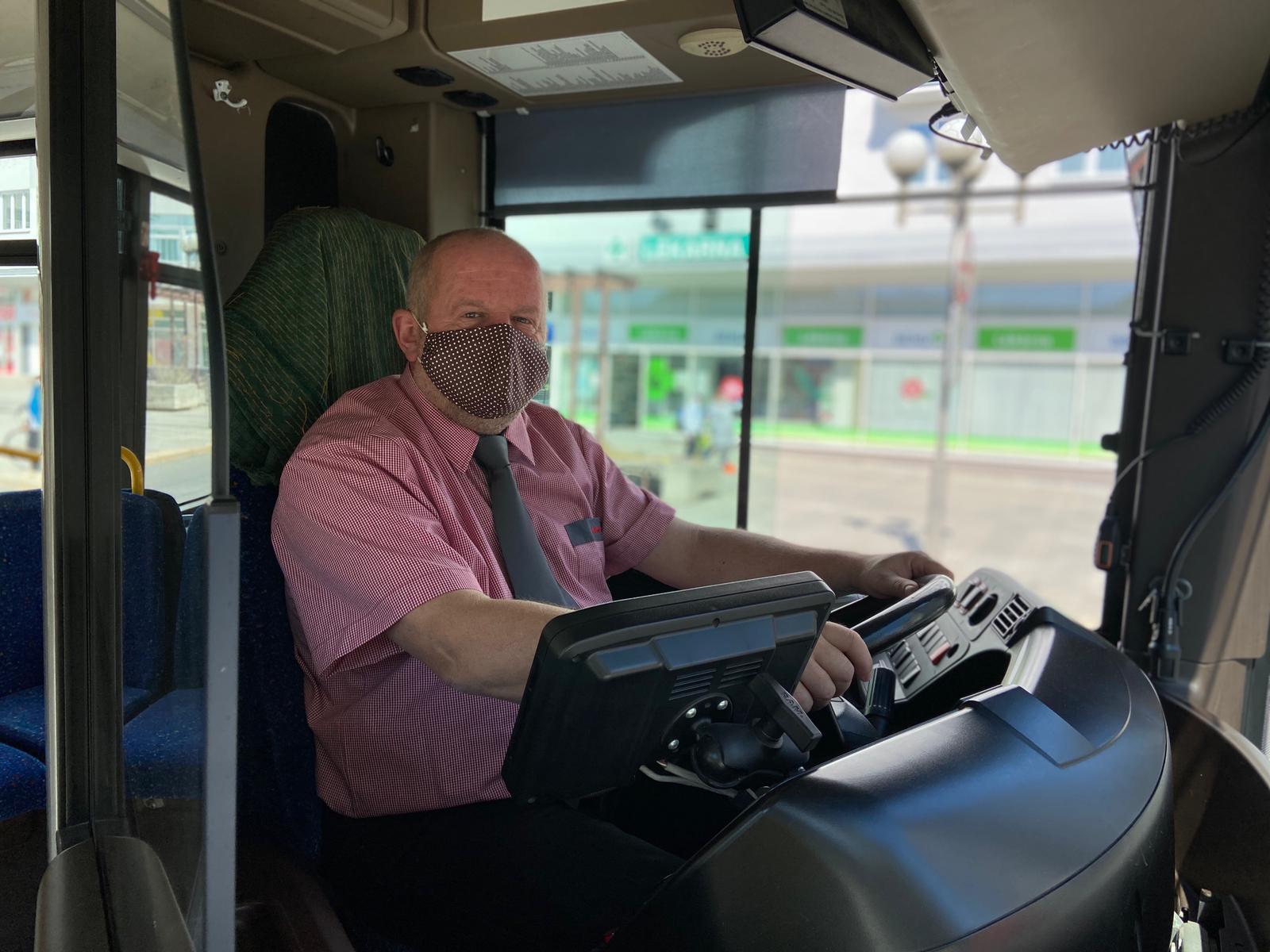 Náměstek ředitele MDPO, Pirát Jan Štěrba vypomáhá jako řidič autobusu.