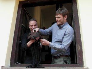Ivan Bartoš pokřtil pirátské centrum ČePiCe rumem Republika