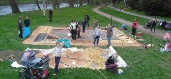 Dobrovolníci a Piráti se vsobotu sešli na Podskalí, aby zde vybudovali stezku pro bosé nohy