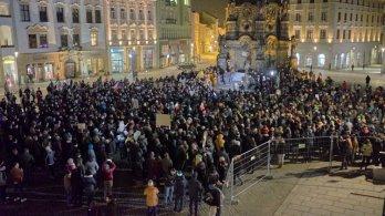 Olomoučané i přespolní dvakrát demonstrovali u Svaté Trojice za posílení demokracie