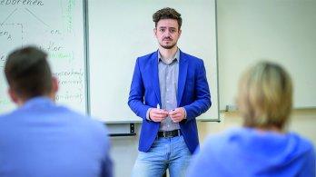 Komentář Viktora Ticháka: Rozevírající se nůžky platů učitelů - co s tím?